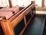 Деревянные скамейки оббитые кожей
