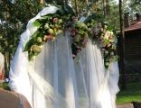 Свадебные арки с живыми цветами и тканями