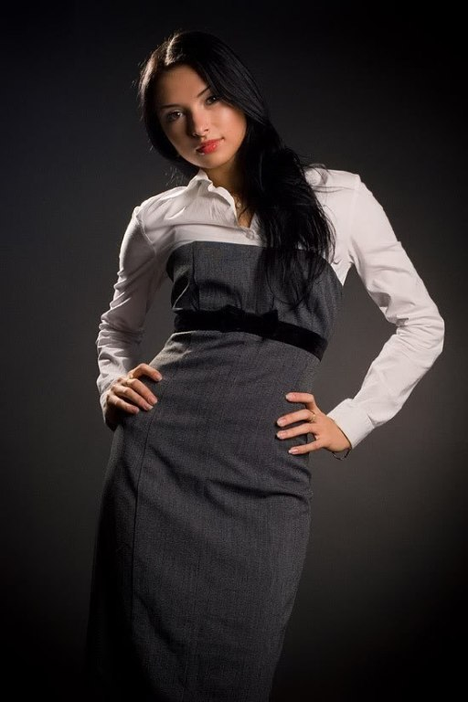 девушка в платье в офисе фото